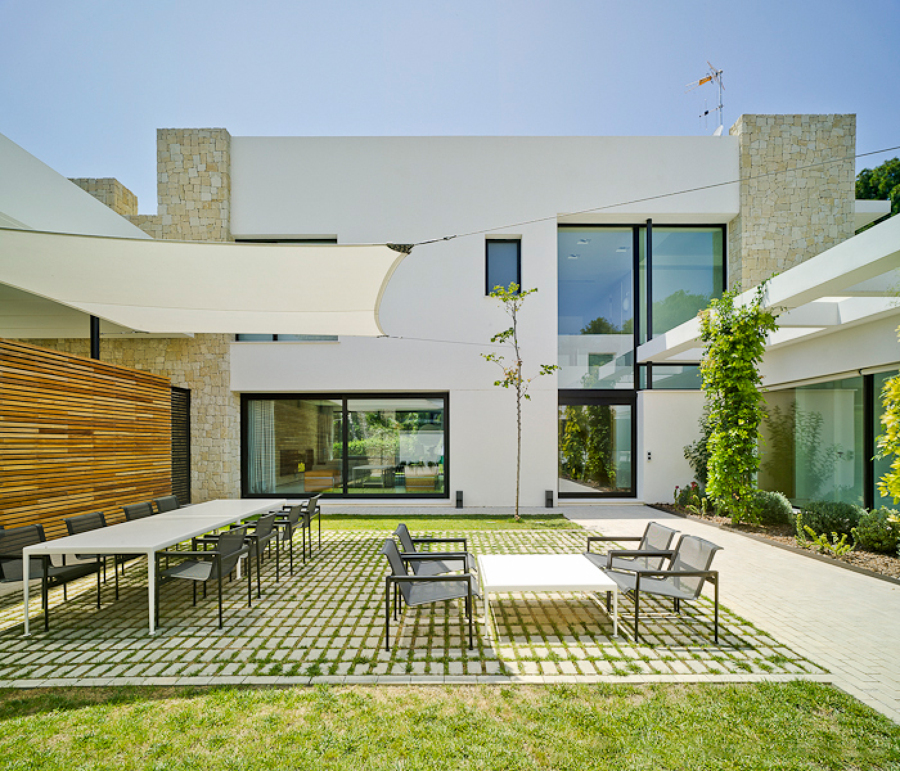 patio interior ajardinado