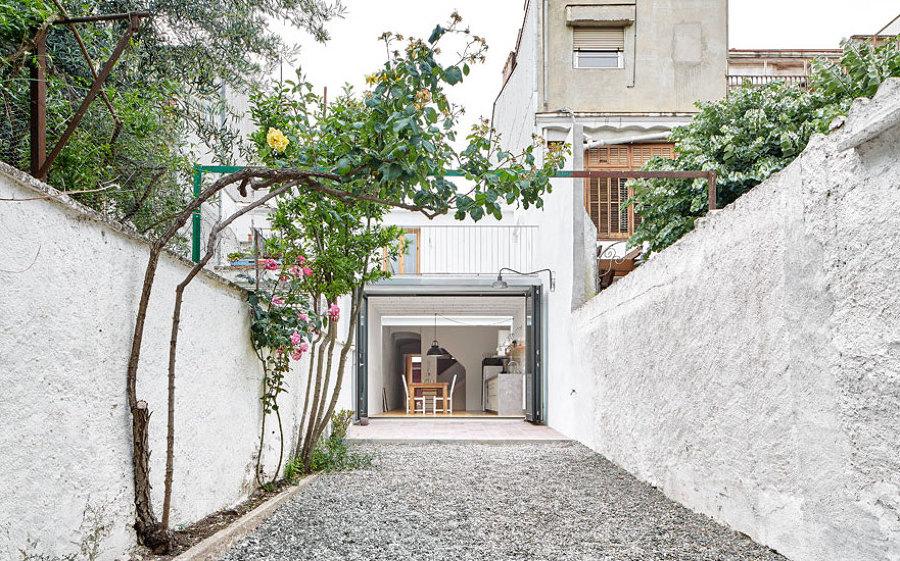 Foto patio interior con suelo de grava de lola mulledy - Patio ingles ...