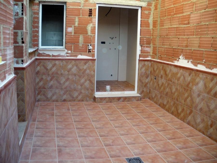Foto patio interior de reformas y construcciones cemar for Azulejos para patios