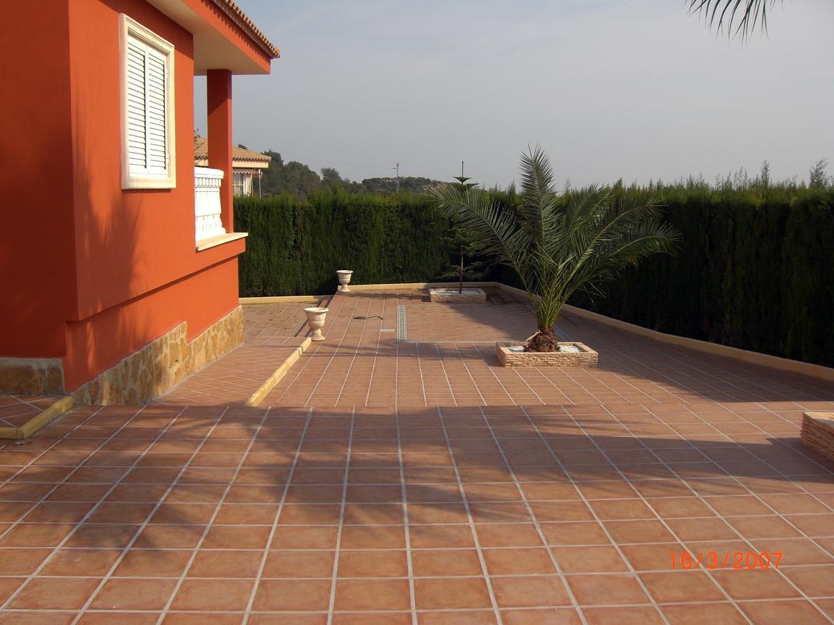 Reforma y decoracion de jardin interior parcela ideas for Baldosas para garaje