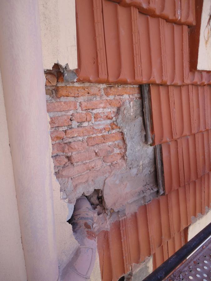 Pequeña zona con revestimiento de teja deteriorado.