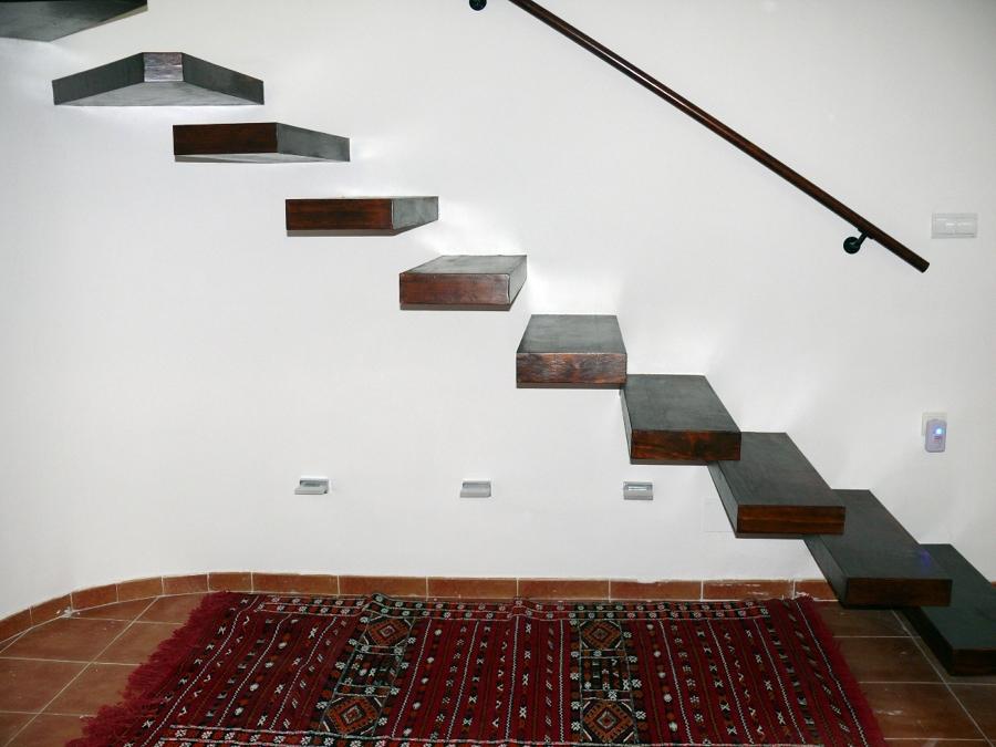 Foto perfil escalera volada de servimaxum 385818 for Chimenea bajo escalera