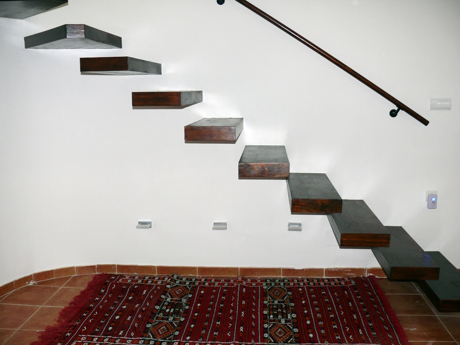 Foto perfil escalera volada de servimaxum 385818 for Plafones de pared para escaleras