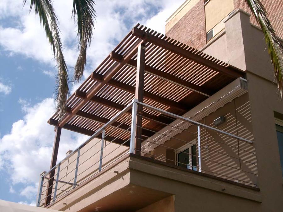 Pérgola con techo de madera