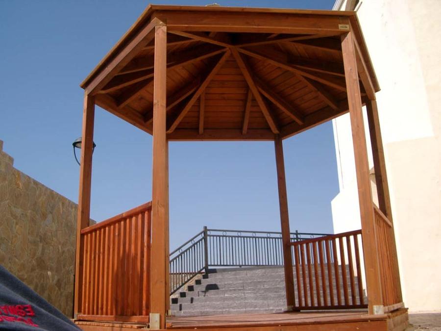 Pérgola hexagonal con techo de madera