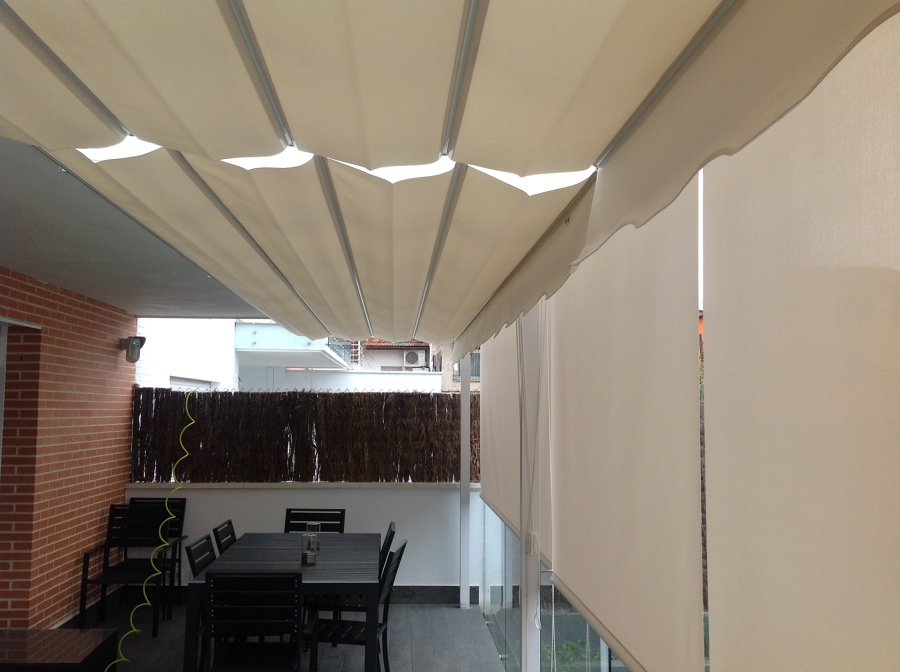 Pergola y cortinas enrollables con Polyscreen