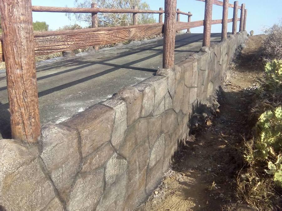 Piedra imitada y coloreada.Es todo cemento.
