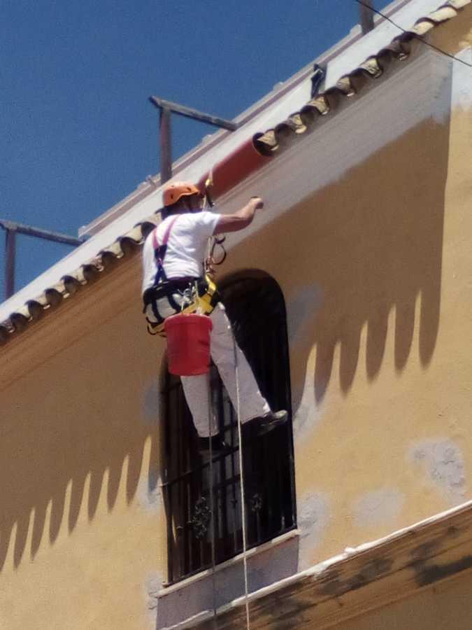 Pintado de adosado exterior en vertical con cuerdas