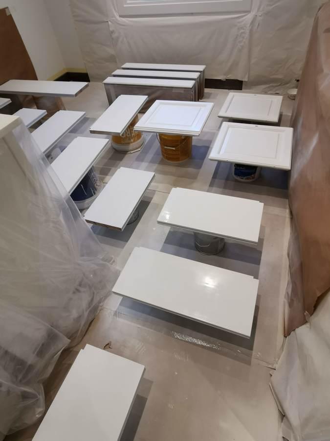 pintando puertasdel mueble del salon