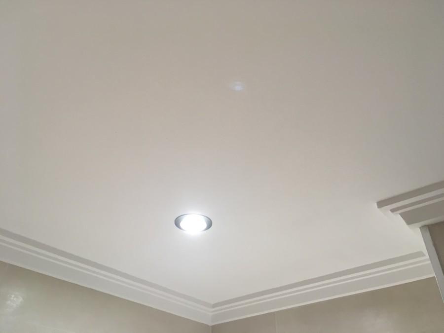 Pintar techo de baño y colocacion de molduras de escayola