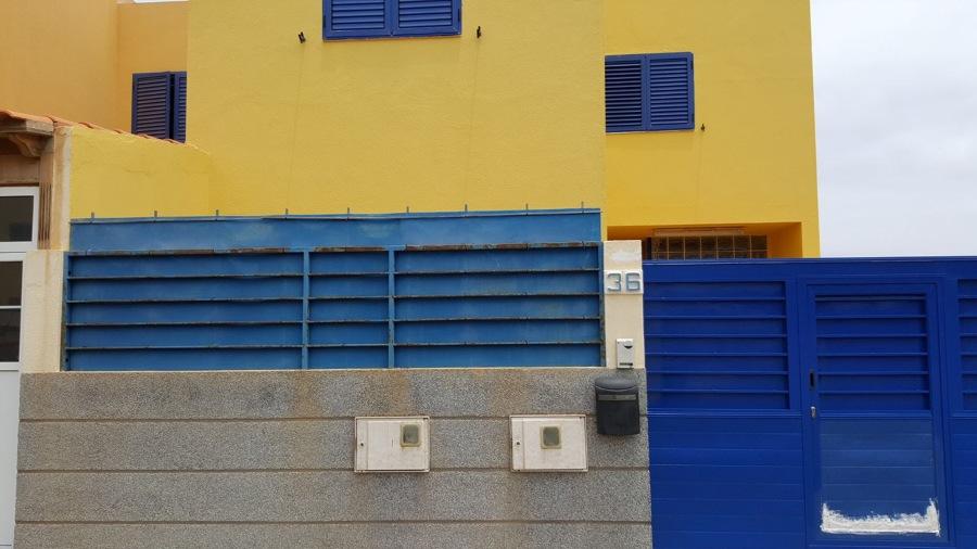 Pintura de puerta y barandillas de garaje dúplex