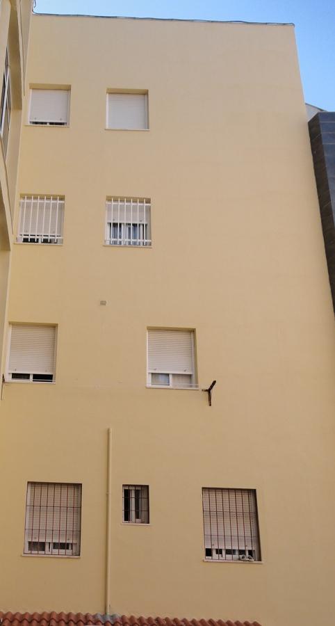 Pintura y sellado de grietas en fachadas de edificio en Huelva