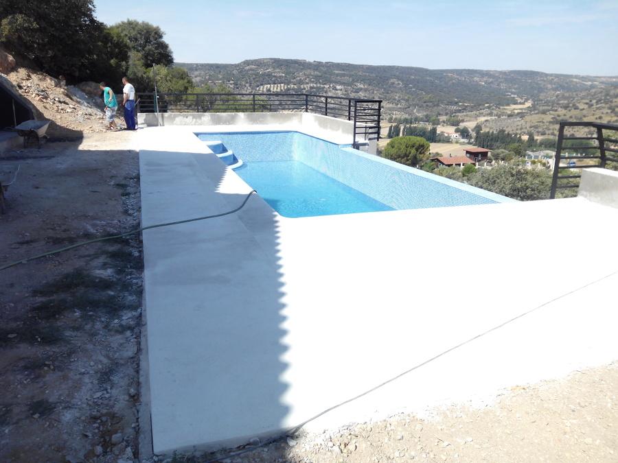 Piscina con cascada en madrid ideas construcci n piscinas for Construccion piscinas madrid