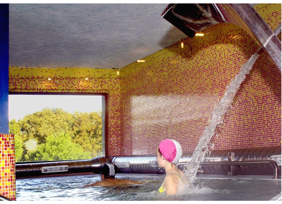 piscina climatizada con chorros