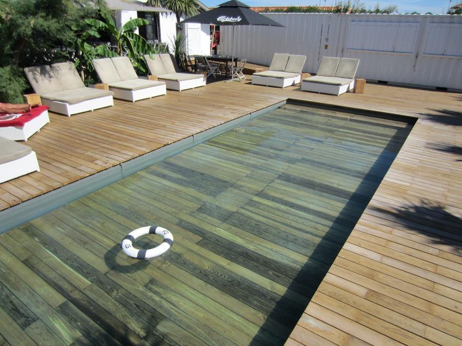 piscina con fondo de madera