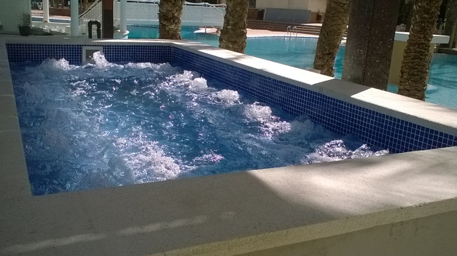 Piscina l dica desbordante en hotel de benidorm ideas for Piscina climatizada benidorm