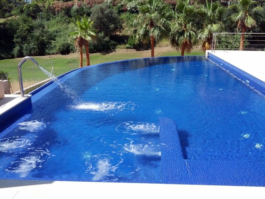 piscina con jacuzzi incorporado