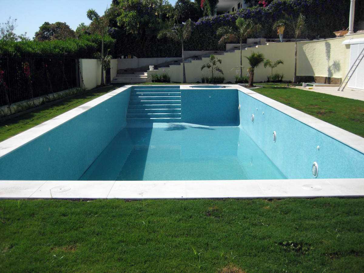 piscina con jacuzzi integrada