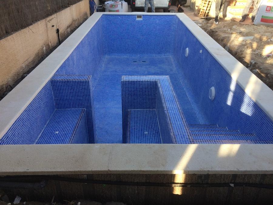 Piscina con sistema de seguridad antisucción en sumideros de piscina