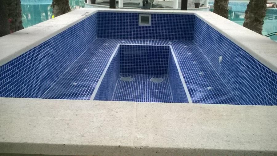 piscina con spá en hotel de Benidorm