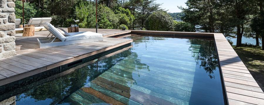 piscina con suelo de maderae