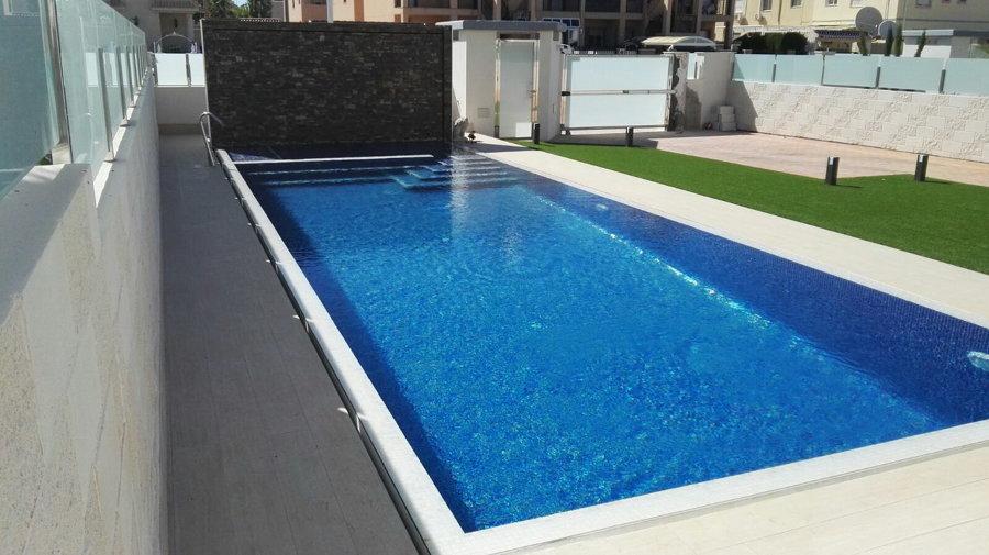 Foto piscina con zona spa ca ada de agua y cascada de - Piscinas y spas ...