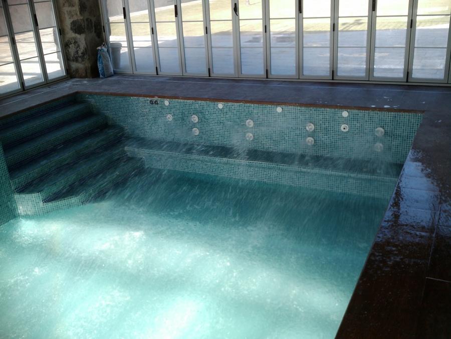 Piscina cubierta con bomba de calor e hidromasaje