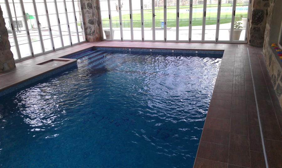 Foto piscina cubierta con bomba de calor e hidromasaje de for Piscina cubierta zaragoza