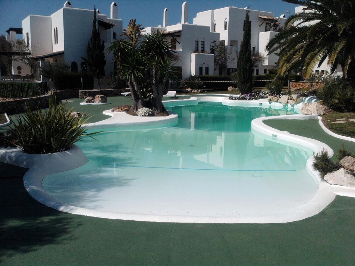 Foto piscina de formas de mar n construccions serveis for Formas para piscinas