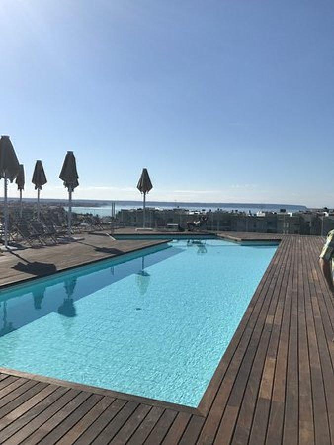 Piscina de hormigón en ático de hotel en Palma de Mallorca
