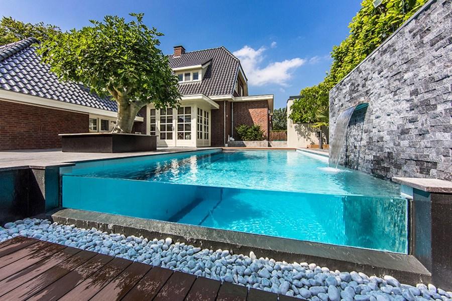 Sum rgete en una piscina transparente ideas construcci n piscinas - Cristales para piscinas ...