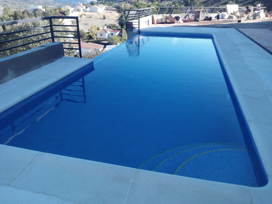 Piscina con cascada en madrid ideas construcci n piscinas - Presupuestos piscinas de obra ...