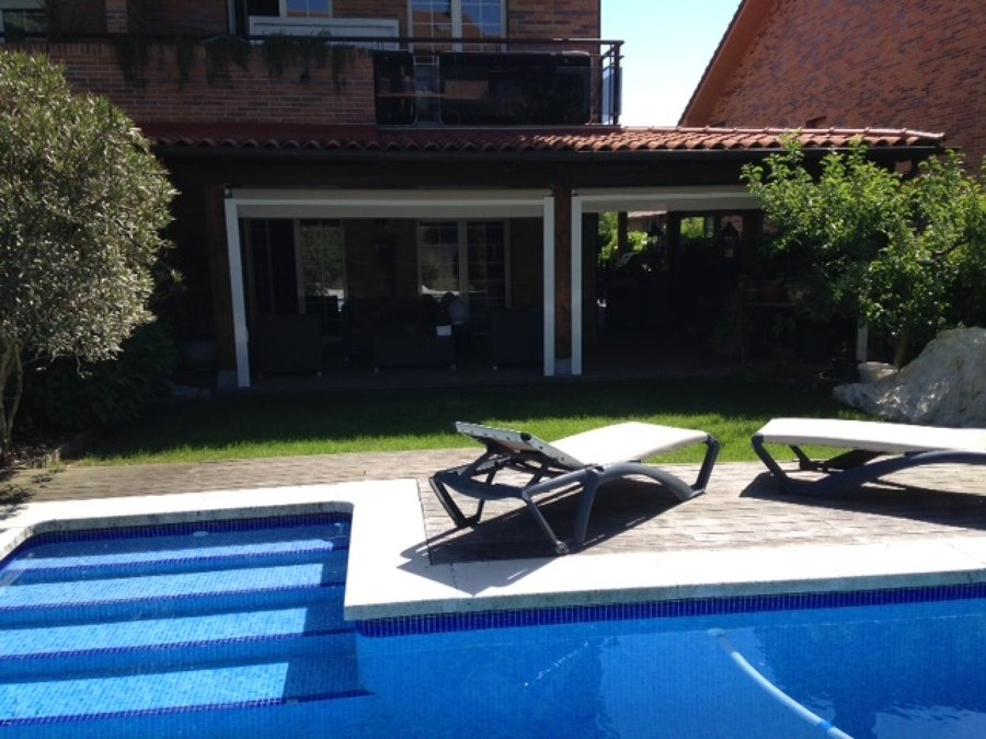 piscina de obra con porche
