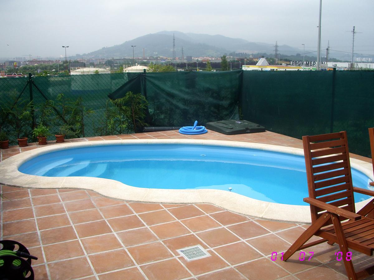 Construcci n piscina de poliester ovalada ideas for Piscina poliester