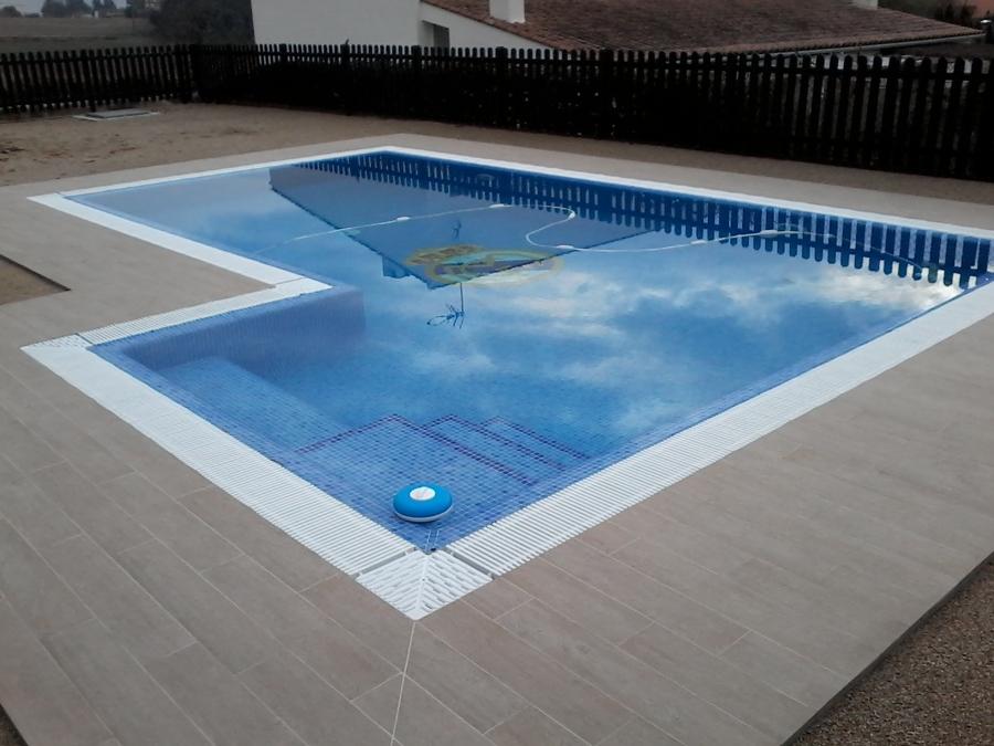 Foto piscina desbordante terminada de obres i reformes d for Detalle constructivo piscina desbordante