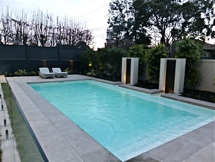 Foto piscina dise o moderno de piscinas mir 1040932 for Diseno de jardines modernos con piscina