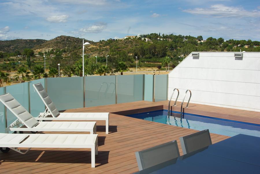 Foto piscina en terraza primera planta de oscar bosch for Terrazas piscinas fotos