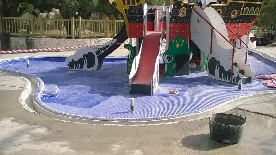 piscina lúdica con barco infantil en Benidorm
