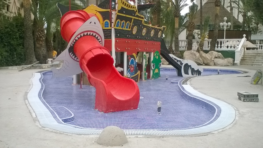 piscina lúdica en Benidorm terminada