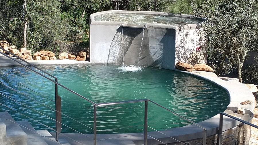 Piscina natural con filtración ecológica y climatización natural.