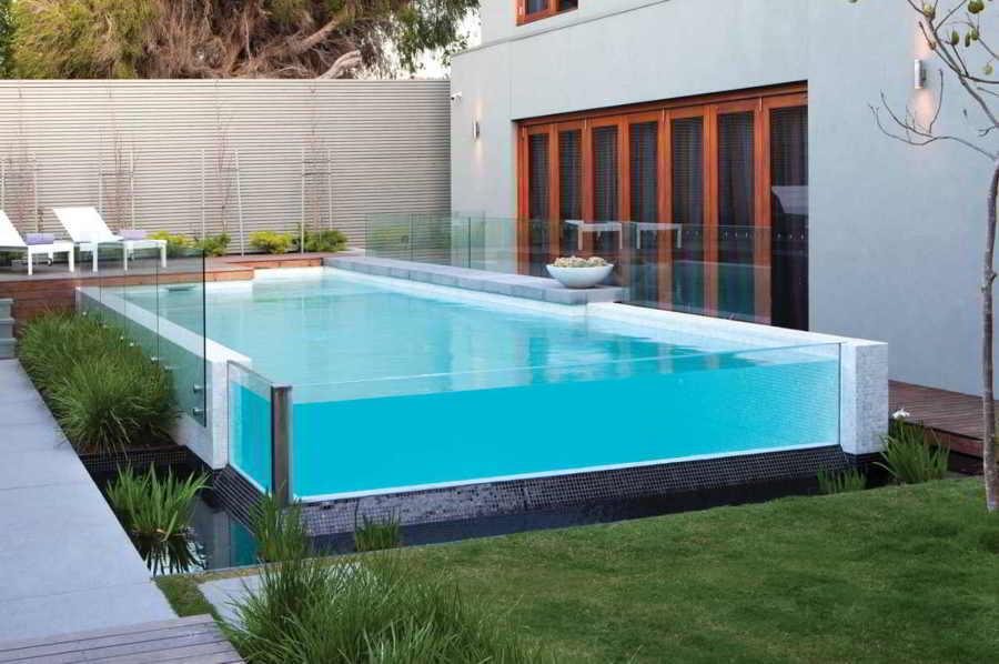 Sum rgete en una piscina transparente ideas construcci n for Piscina de acrilico