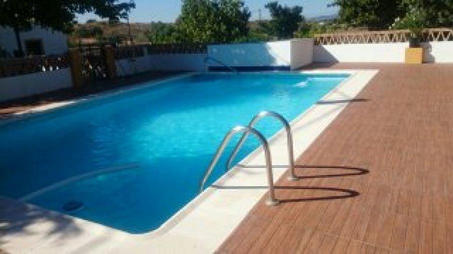foto piscina y suelo imitacion madera de construcciones