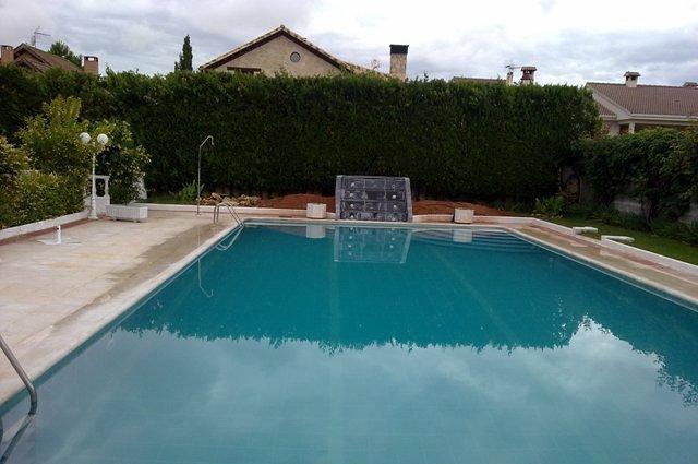 Piscinas de obra artisticas con cascada y un decor for Construccion de piscinas de obra