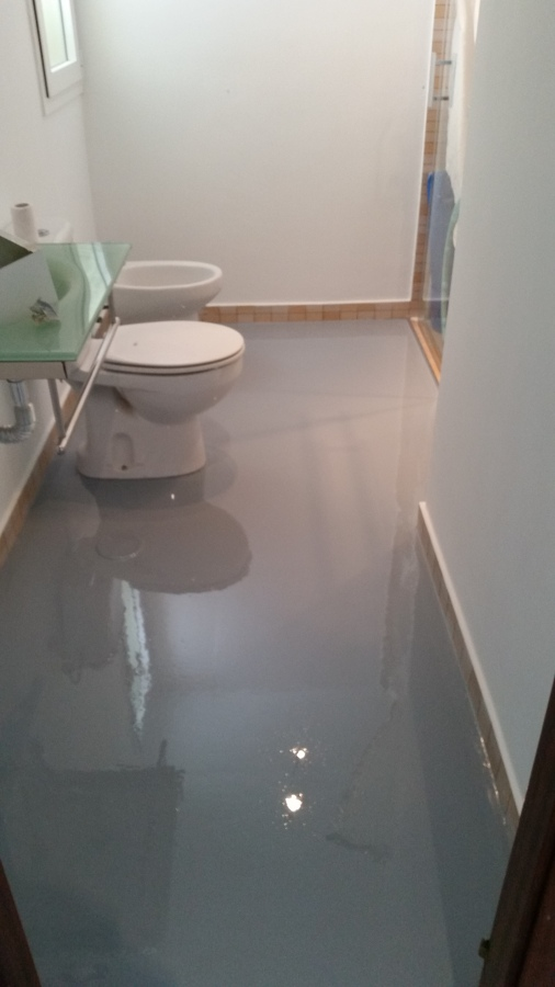 Foto piso de ba o terminado con resina epoxi color gris de s p construcciones 991731 habitissimo - Piso vinilico para bano ...