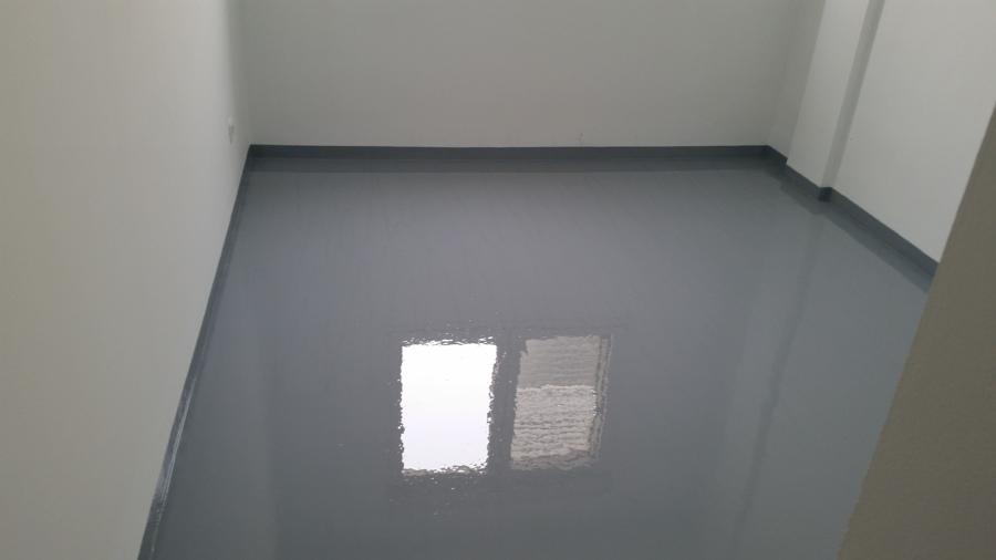 Foto piso de dormitorio terminado con resina epoxi color for Pisos de granito blanco gris