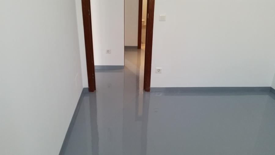 Foto piso de dormitorio terminado con resina epoxi color for Dormitorios pintados de gris
