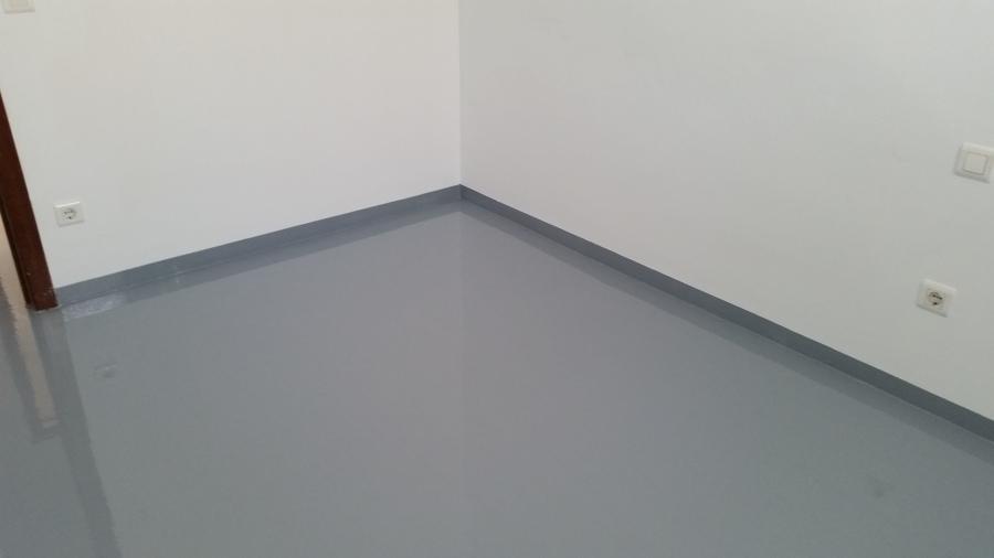 Piso de dormitorio terminado con resina epoxi color gris