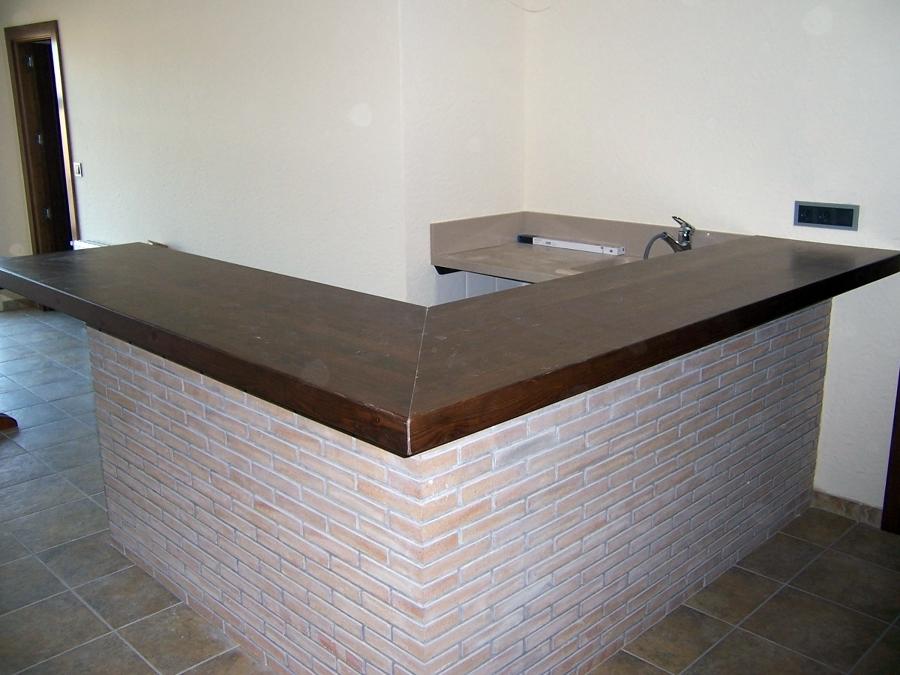 Barra de bar maciza ideas carpinteros for Bar de madera de pino