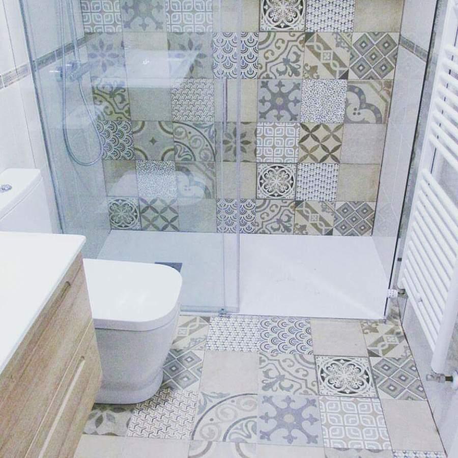 Renovaci n de ba o con baldosa tipo hidr ulica ideas for Platos de ducha a ras de suelo