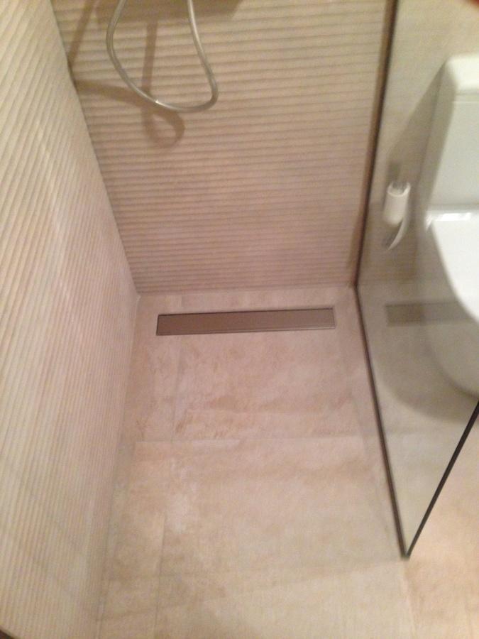 Foto plato de ducha de obra con rejilla lineal de alfonso - Platos de duchas de obra ...